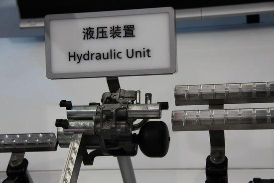 这个液压阀是控制前、中、后三个差速器的核心部件,驱动离合器的分合