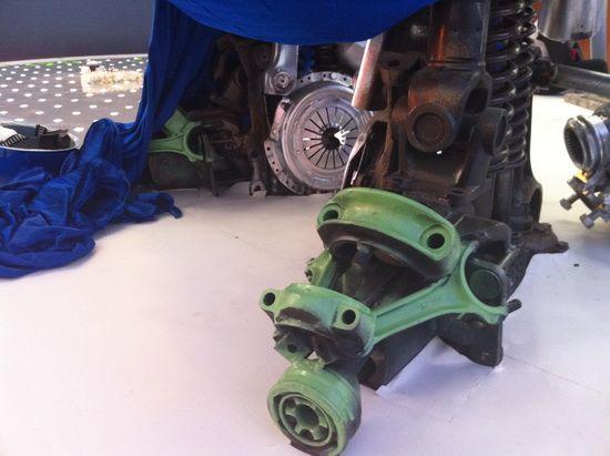 露出的脚部由连杆、万向轴、弹簧组成