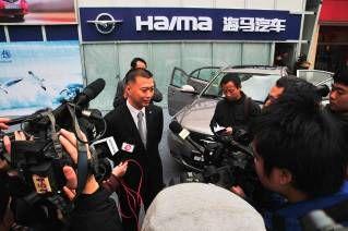 海马汽车销售公司总经理吴刚在活动现场接受记者专访