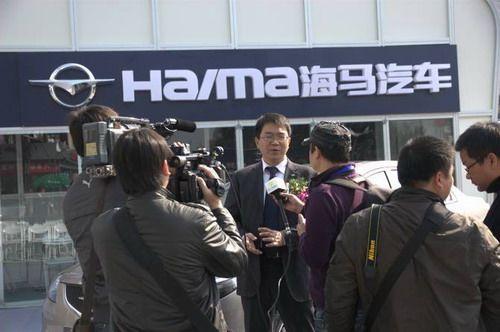海马汽车销售公司市场部部长汤斯在活动现场接受记者专访
