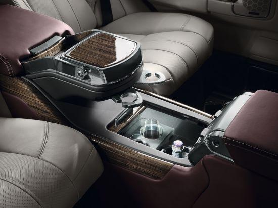 顶级揽胜车内后座打造头等舱式的舒适体验