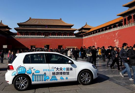 大众汽车全球首支电动示范车队日前在中国市场首 次投入运行。用于在中国国家博物馆周边沿线为参 观中国国家博物馆和其他博物馆的公众,提供免费 的清洁交通服务。图为大众汽车电动高尔夫经过故宫午门广场