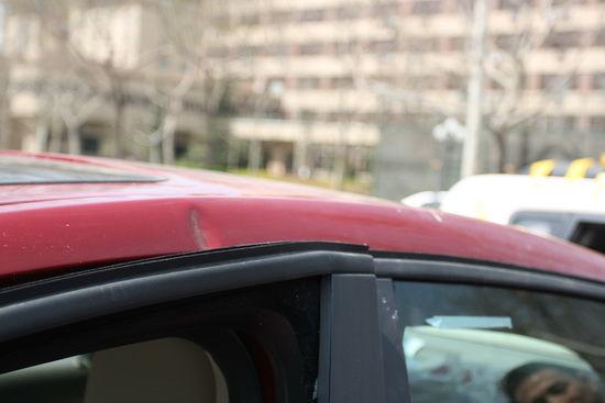 车顶和C柱根部由于B柱内溃造成褶皱