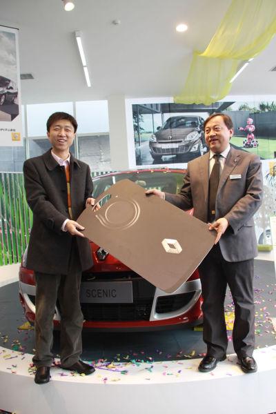 北京第一位购车客户从徐总经理手中接过新风景钥匙