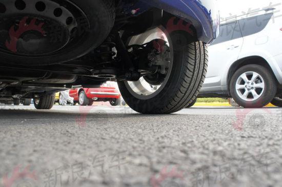 为节省空间,菲亚特500的备胎被放置在车身底部
