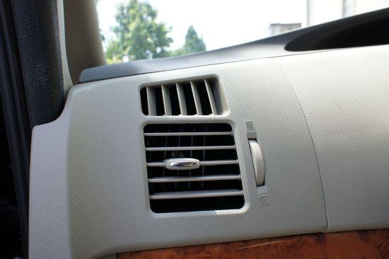 在车内,精致的木纹装饰随处可见,而皮质座椅的质感和工艺也能让人满意。和畅的配置非常丰富,比起简单的瑞风,更是拥有代差般的优势,值得一提的是,针对车内乘客的全景天窗是和畅最为优秀的加分项,打开天窗可以为后排乘客提供更加舒适的车内空间。和畅两侧皆为侧开门,滑轨平整,滑动轻便,其开启宽度达到800mm,便于上下车。 和畅的后排采用2+3的座椅布置方式,这样的布置更便于车内各排乘客体面的上下车,而坐在第二排的乘客更是拥有了绝对VIP的专属空间。由于车身尺寸的优势,所以和畅的第二排、第三排获得了非常宽大的空间,对于