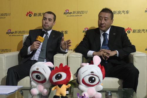 阿斯顿马丁中国运营总经理费挺(右)、亚太区市场经理Marcel(左)