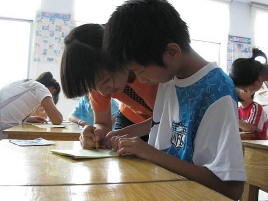 牵手工程受助学子辅导福利院儿童学习