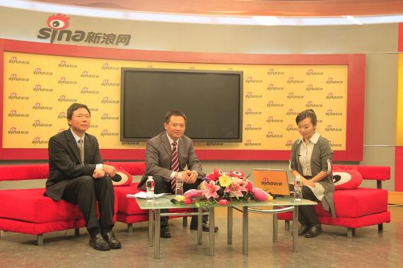 网络上市现场,东风乘用车公司党委书记、副总经理李春荣(中)、东风乘用车公司副总经理柳玉春(左)