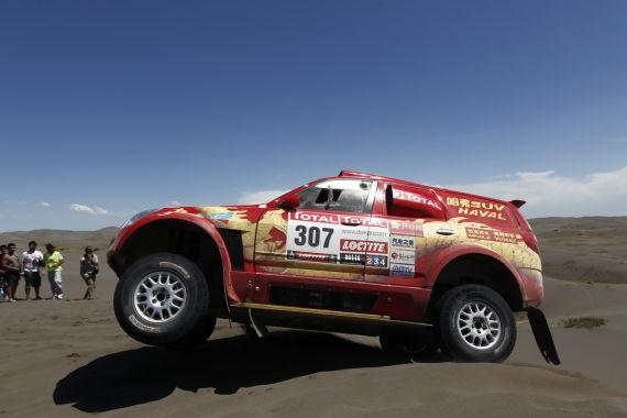 索萨的赛车在小沙丘上跃起