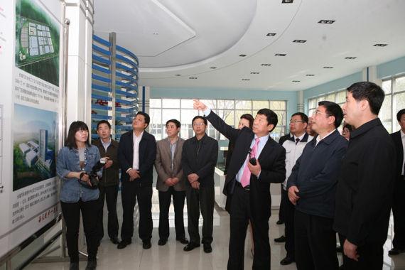 4月15日,在北京车展即将到来之际,国家工业和信息化部部长苗圩一行来长城汽车参观考察。长城汽车董事长魏建军、总裁王凤英等公司领导陪同调研。   苗圩部长先后参观了长城汽车的碰撞实验室、声学实验室等硬件设施,现场观看了哈弗H5的碰撞实验与即将亮相北京车展的长城展车、发动机、变速器,了解了企业新项目建设、新技术研发、海外市场销售等方面情况。   调研期间,董事长魏建军介绍说,长城汽车一直专注造车,近年来,长城汽车在经营业绩、以及技术研发方面都取得了亮眼成绩。聚焦战略使长城的三大品类齐头并进,哈弗SUV连