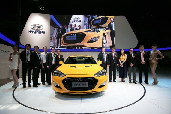 2012款劳恩斯-酷派华南区揭幕仪式现场,嘉宾与新车合影。