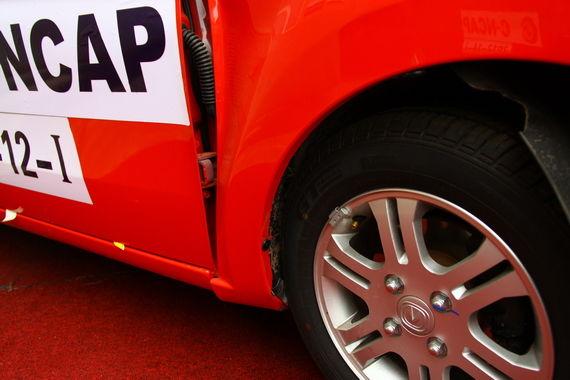 100%正面碰撞,前轮向后位移明显但没有侵入驾驶舱,车门略有变形但能正常开关。