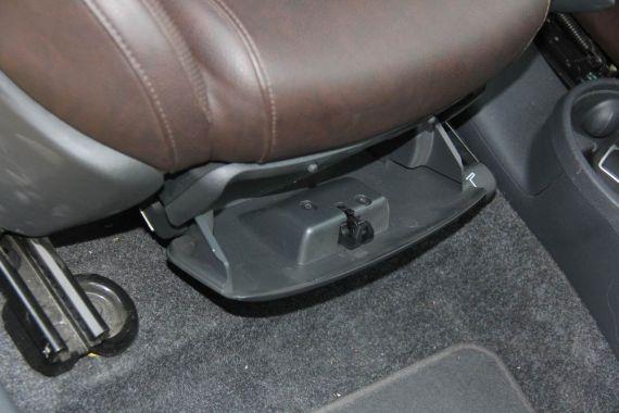 副驾驶座椅下面的暗格