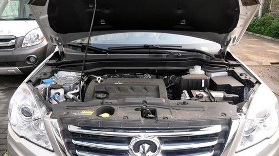 编辑点评:H6市场反应良好,优点暂且不表,转弯侧倾情况较严重,动力一般,低速行驶变速平稳,中高速提速效果较好,有网友反映方向盘较重,不适宜女性驾驶,且方向盘存在虚位,新车主需谨慎驾驶,发动机陈旧,2.0汽油版发动机过陈旧,油耗过高。   力压群雄驭胜S350   江铃汽车旗下首款自主SUV驭胜S350于2010年上市,到目前共推出16款车型,可以满足不同消费群体的购车需求。驭胜S350尺寸为4740*1894*1862mm,轴距2750mm。底盘采用英国莲花公司调教的2纵8横专业越野底盘,双横臂螺