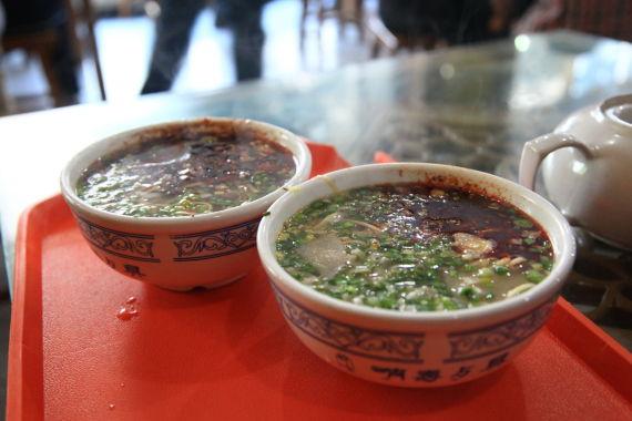 香浓的面汤上面浮着一层红红的辣椒油