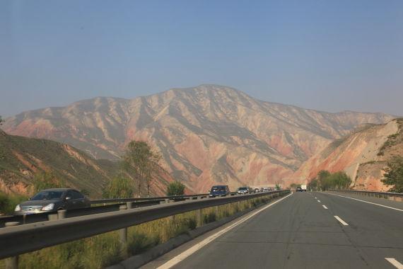 两山之间的高速路延绵数百公里