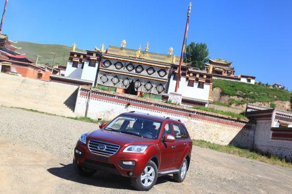 力帆X60在藏族寺院前
