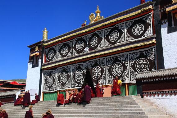 寺院中的喇嘛在广场上准备开始念经