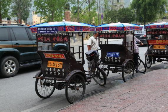 汶川县城中的人力三轮车很有意思