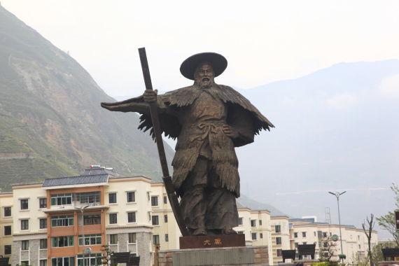 汶川县城外竖立着大禹的铜像 这里号称是大禹故里