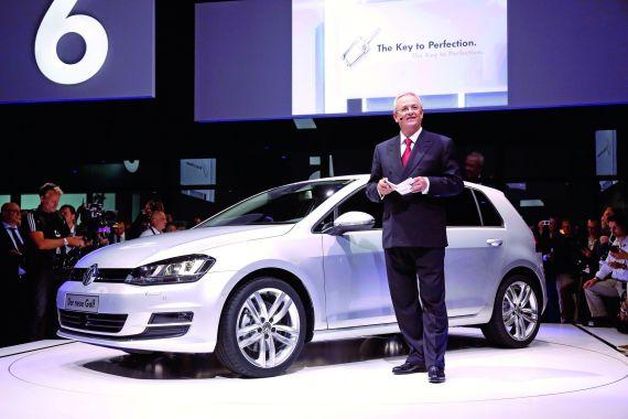 大众汽车集团管理董事会主席文德恩博士(Prof. Dr. Martin Winterkorn)展示全新一代高尔夫