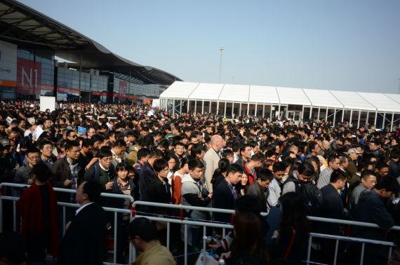 4月21日上海国际车展现场排队进入N1豪车馆的观众