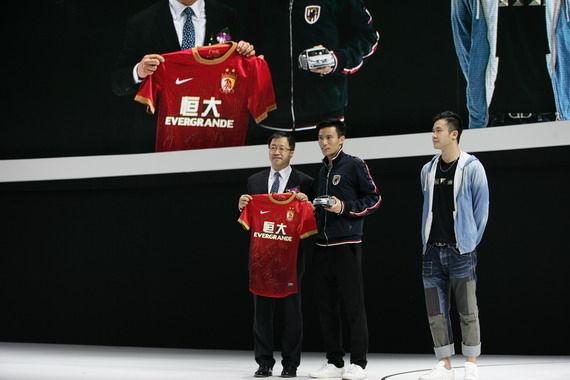 北京现代汽车与恒大足球队员交换礼物