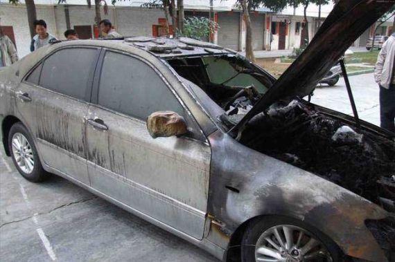 面对汽车燃烧,大众的注意力却在车托引导下放在了是什么品牌在燃烧。