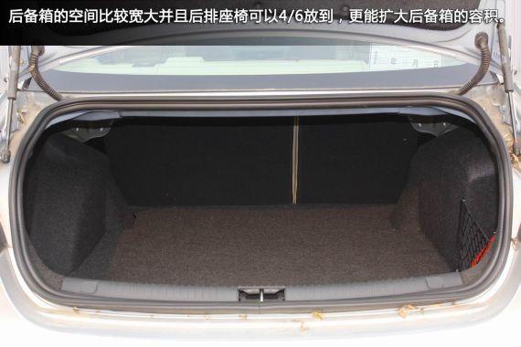 后备箱采用了液压挺杆装置,由于结构的合理,在关闭后备箱的时候不会