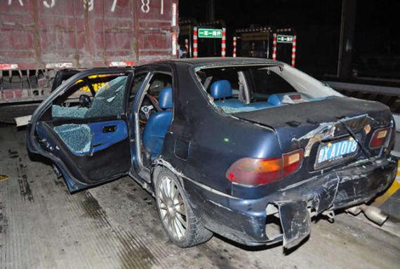 被偷车贼撞烂的车