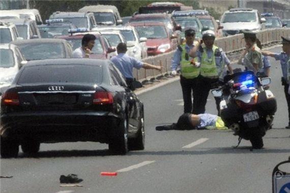 事故现场,被撞交警伤势严重