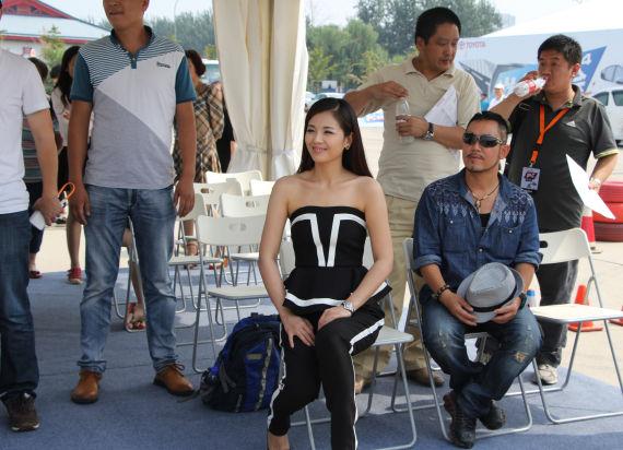 刘涛与现场嘉宾共同完成场外游戏环节