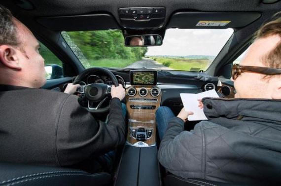 试驾车的内饰图片则展示了GLC的座舱设计