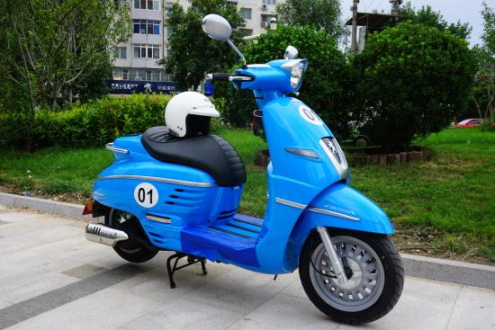 3.阿普利亚圣甲虫Scarabeo 200    指导价:26800元(中国制造)   基本介绍:   Scarabeo是比亚乔旗下著名品牌阿普利亚公司生产的踏板摩托车,中文名圣甲虫,寓意它像甲虫一样灵巧,同时也象征着生生不息和旺盛的生命力。它是比亚乔家族中最为畅销的车系之一,至今风靡于欧洲的大街小巷。Scarabeo(圣甲虫)在欧洲的保有量非常大,用句玩笑且夸张的话来描述:保有量远大于我们国内曾经的神车-R9。   1993年Scarabeo作为阿普利亚踏板摩托车登上摩托车的舞台,圣甲虫
