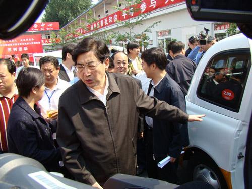 北京市市长郭金龙详细询问上海英伦出租车的配置情况