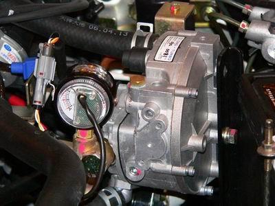 在安全性方面,夏利cng车独创性地将cng储气瓶,常闭式高压电磁阀等相关图片