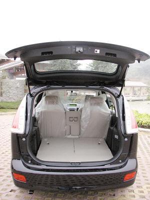 第三排位置直立时,行李厢空间很小只有90L,但是第二、三坐椅都可以向前折叠而形成一个宽大的储物平台,这点和其他MPV类似。