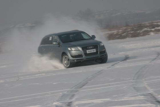 图为奥迪Q7在雪地漂移