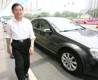 国家工业和信息化部副部长杨学山乘坐别克林荫大道抵达亚太城市信息化论坛现场