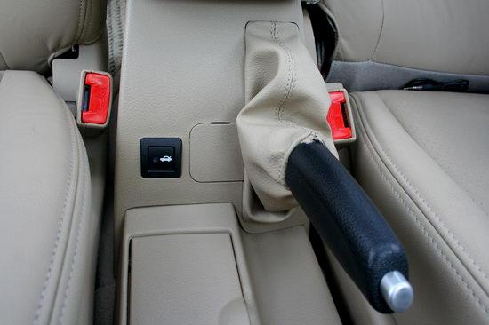 后备箱开启按钮在手刹旁边
