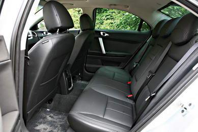 驾驶席座椅可做6向电动调节