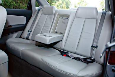 驾驶席仍然为手动调节,后排座椅则体贴地配备了中央扶手。