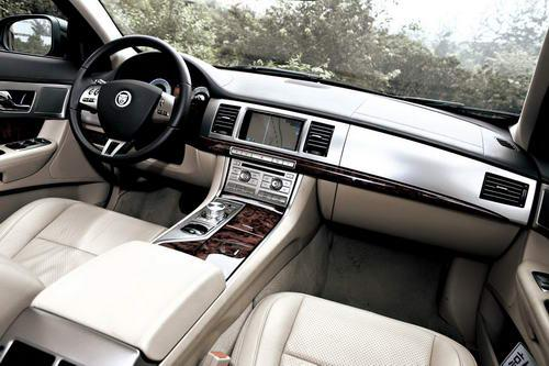 XF的车内是迄今为止捷豹最时尚的设计