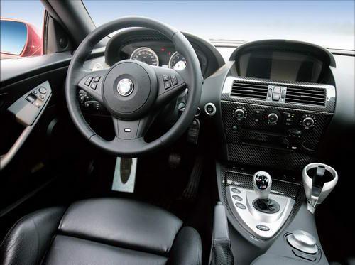 M6的车内充满科技感,碳纤维装饰随处可见