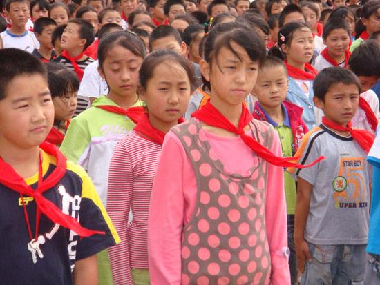 东风本田励志小学奠基现场的学生们