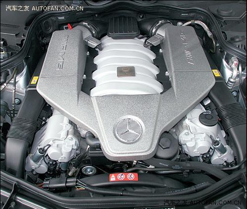 进气歧管正中央的铭牌上刻有负责这款引擎组装测试的AMG工程师的签名