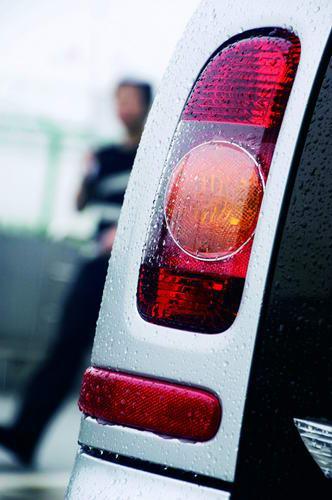 Clubman的尾灯呈现竖一字形,尾灯安装在车上,车门此处采用了镂空设计