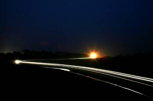 入夜的金港由海马H11划出动感曲线
