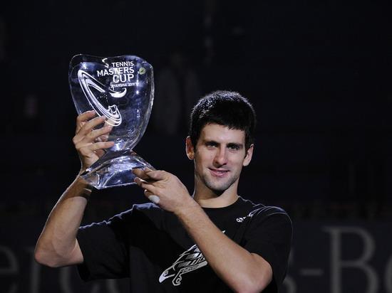 上海网球大师杯冠军德约科维奇捧起冠军奖杯